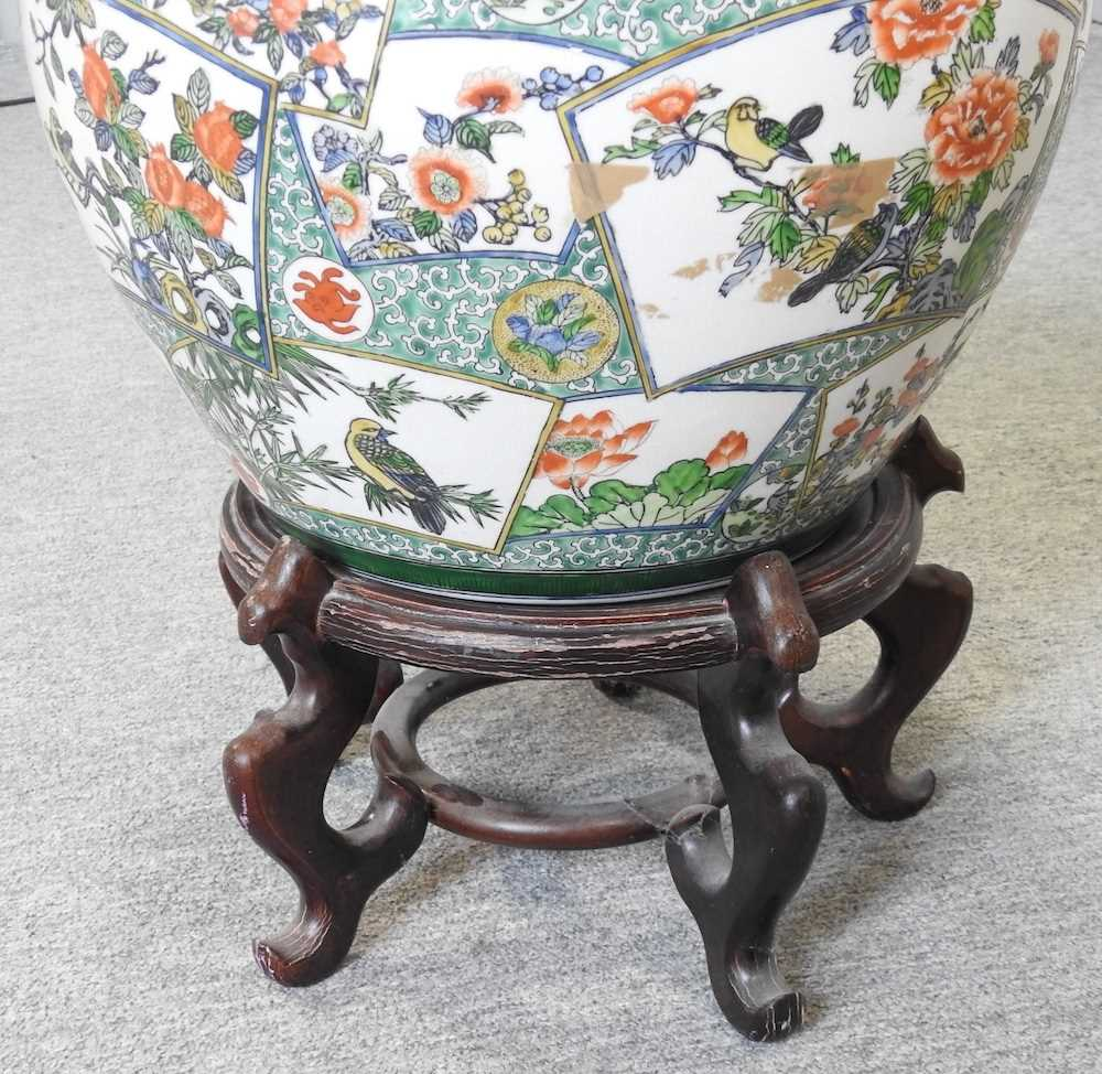 A 20th century Chinese famille verte porcelain fish bowl - Image 5 of 9