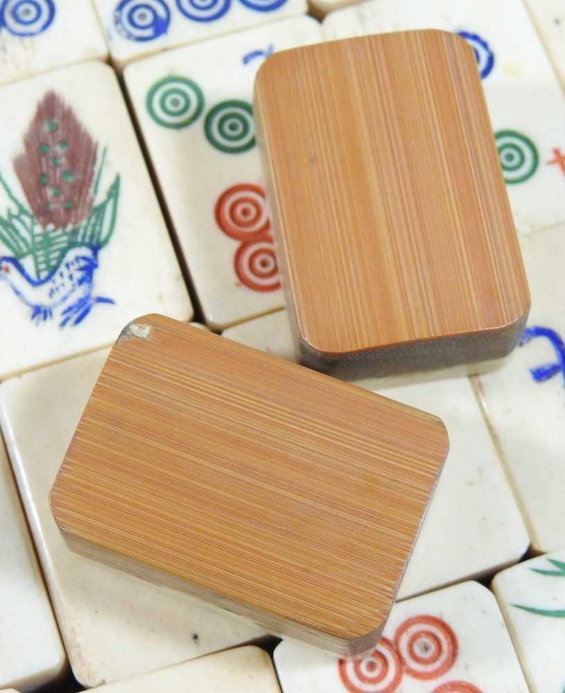 A vintage mahjong set - Image 9 of 12