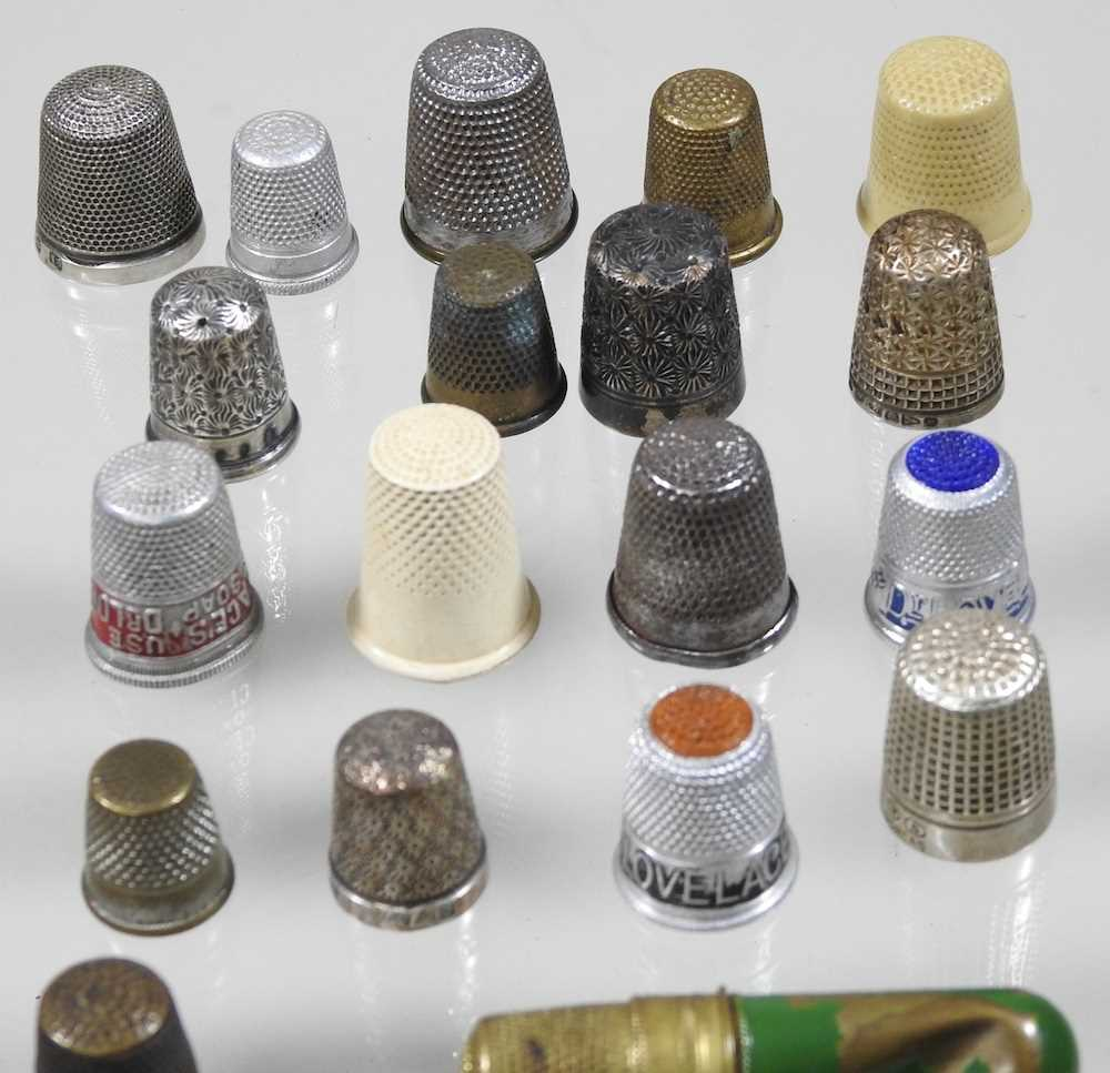 A collection of silver thimbles - Image 5 of 5