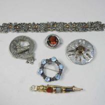 A 9 carat gold Scottish polished hardstone pebble brooch