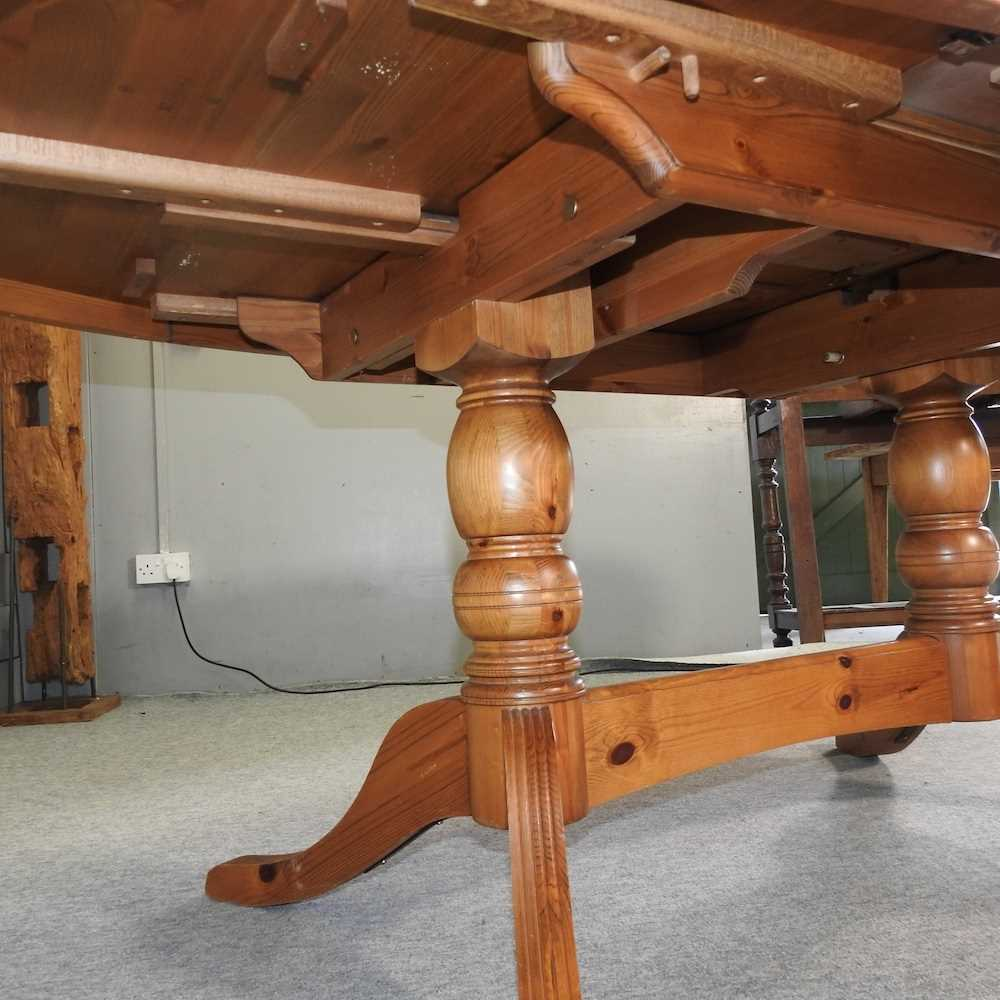 A pine oval dining table - Image 6 of 6