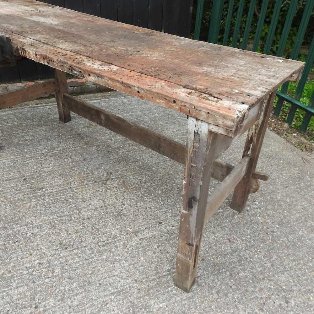 A wooden work bench - Image 2 of 4