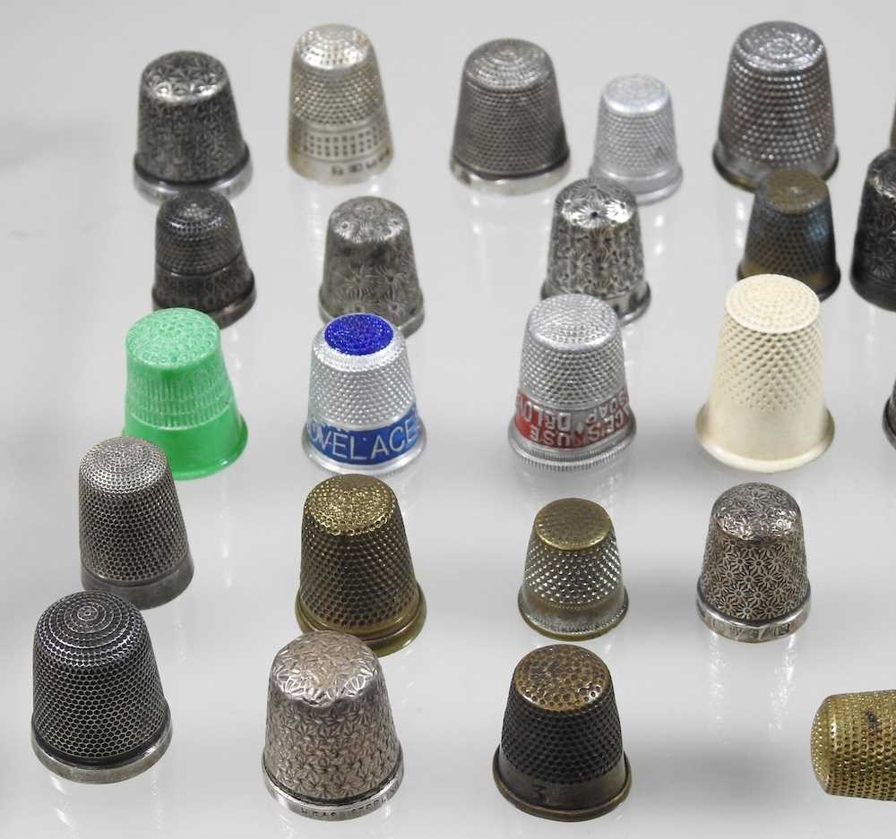 A collection of silver thimbles - Image 2 of 5