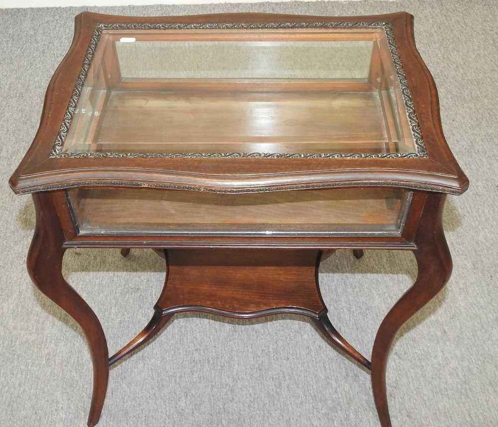 A 19th century mahogany bijouterie table - Image 5 of 9