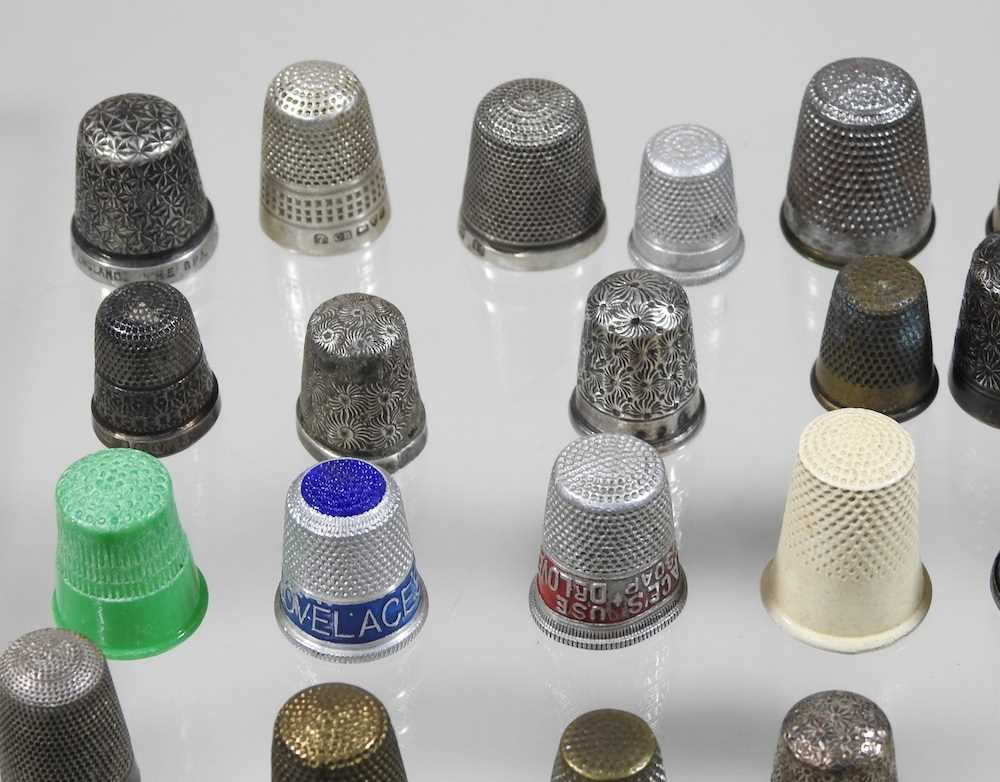 A collection of silver thimbles - Image 4 of 5