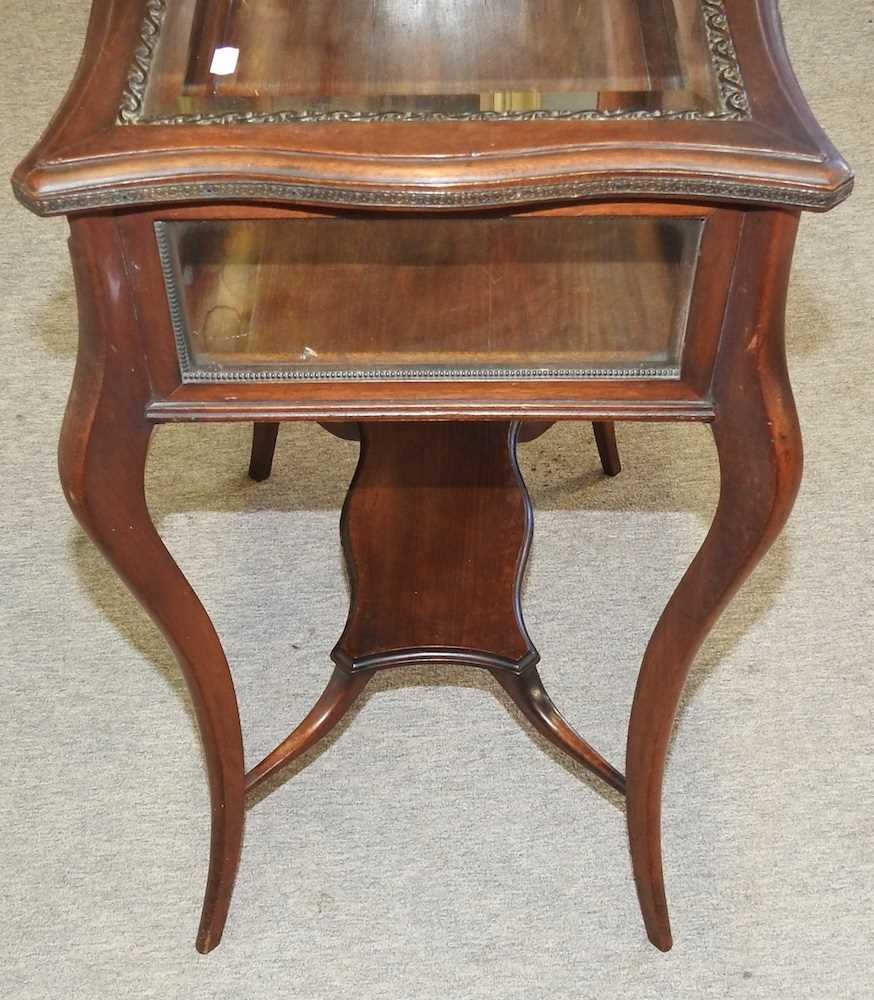 A 19th century mahogany bijouterie table - Image 2 of 9