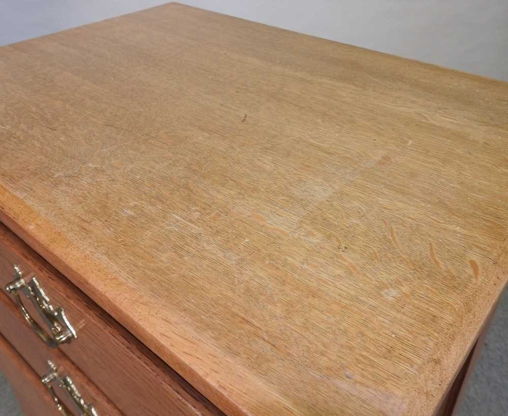 A modern narrow oak chest of drawers - Image 2 of 10