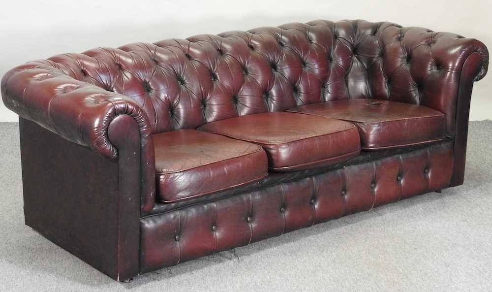 A red upholstered chesterfield sofa - Image 3 of 10