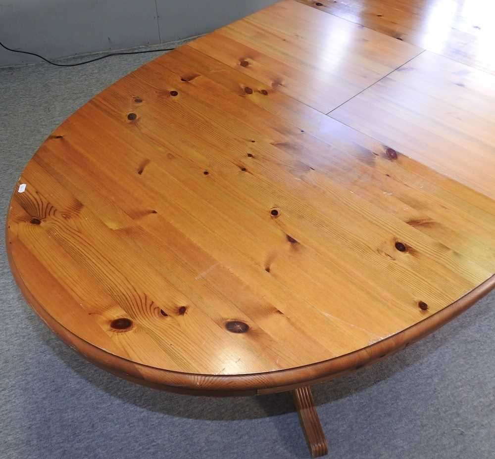 A pine oval dining table - Image 4 of 6