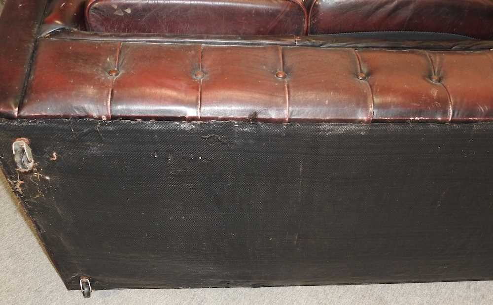 A red upholstered chesterfield sofa - Image 10 of 10