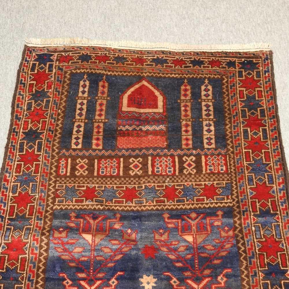 A woollen prayer rug - Image 6 of 9