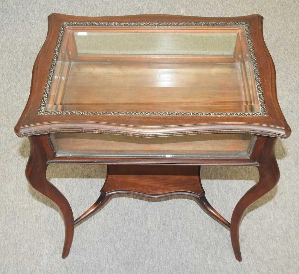 A 19th century mahogany bijouterie table - Image 4 of 9