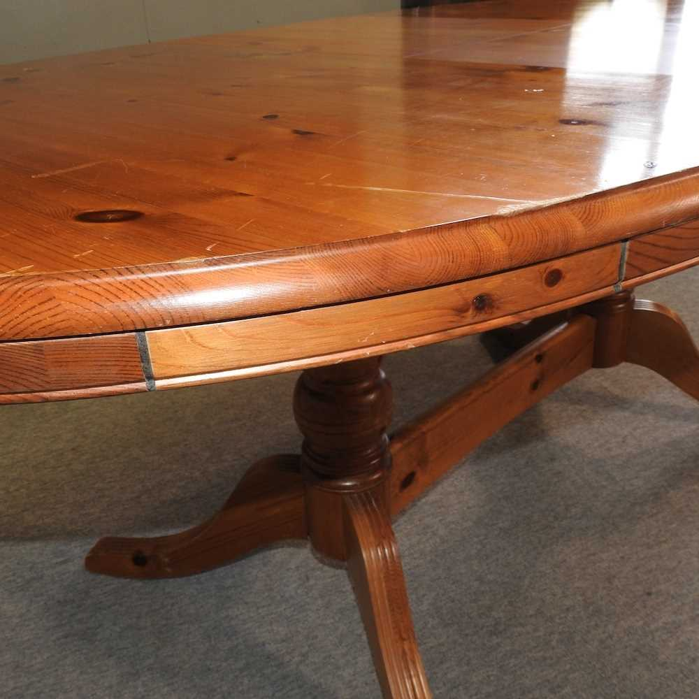 A pine oval dining table - Image 2 of 6