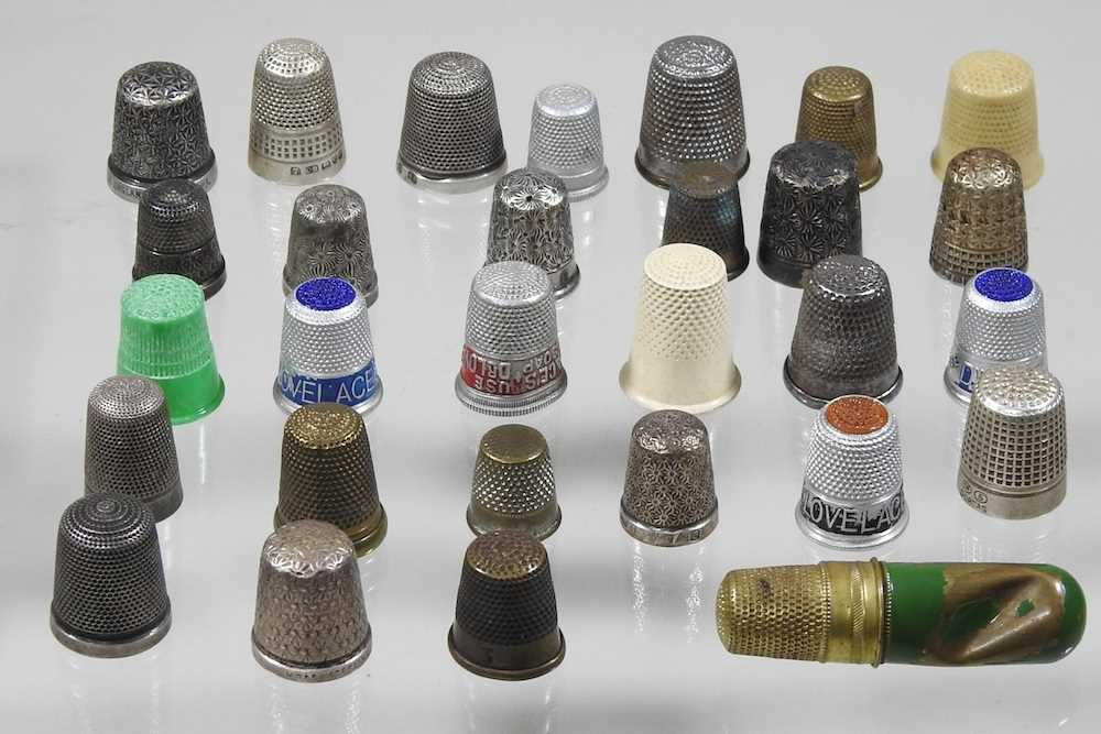 A collection of silver thimbles - Image 3 of 5