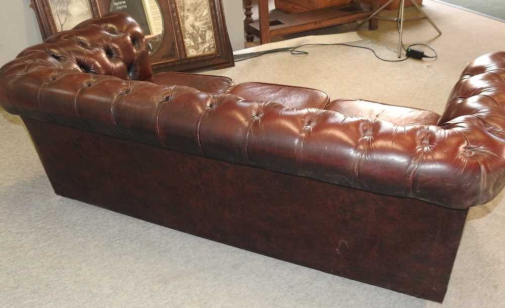 A red upholstered chesterfield sofa - Image 9 of 10