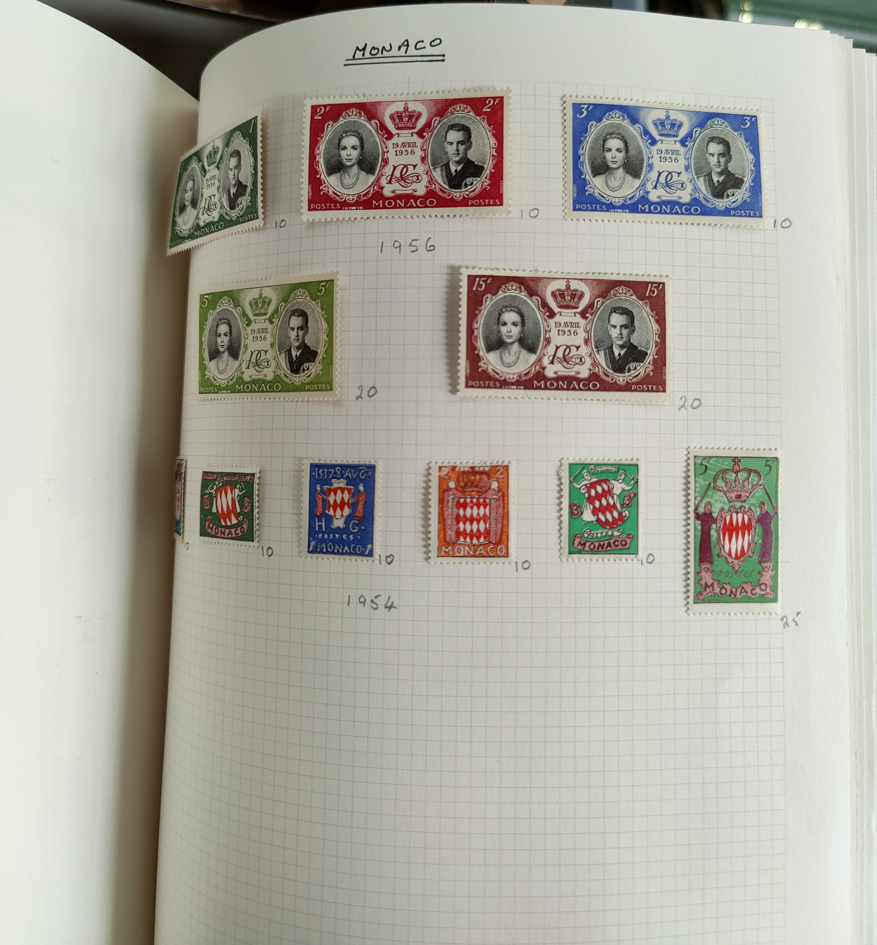 A very nicely presented world collection of stamps in 4 Stanley Gibbons Devon loose-leaf albums with - Image 10 of 23