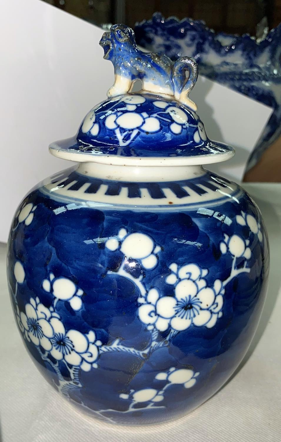 A Chinese blue & white ginger jar and cover, 18 cm (chipped); a matched pair, similar (no covers) - Image 4 of 8