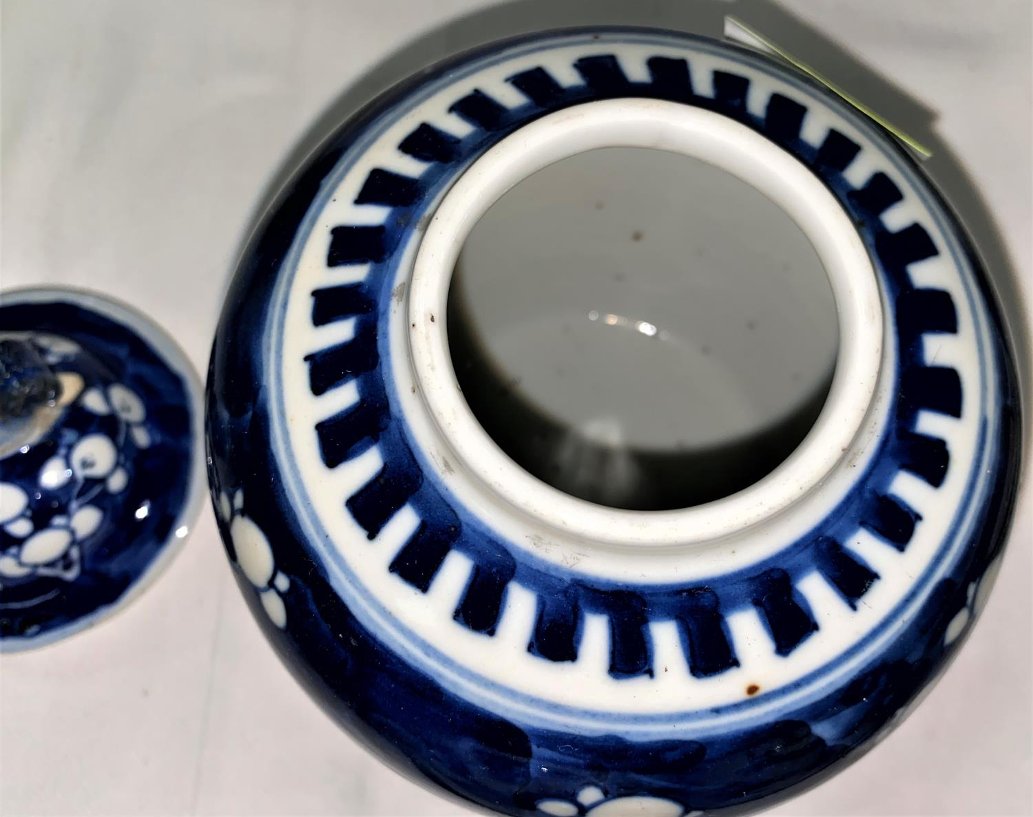 A Chinese blue & white ginger jar and cover, 18 cm (chipped); a matched pair, similar (no covers) - Image 6 of 8