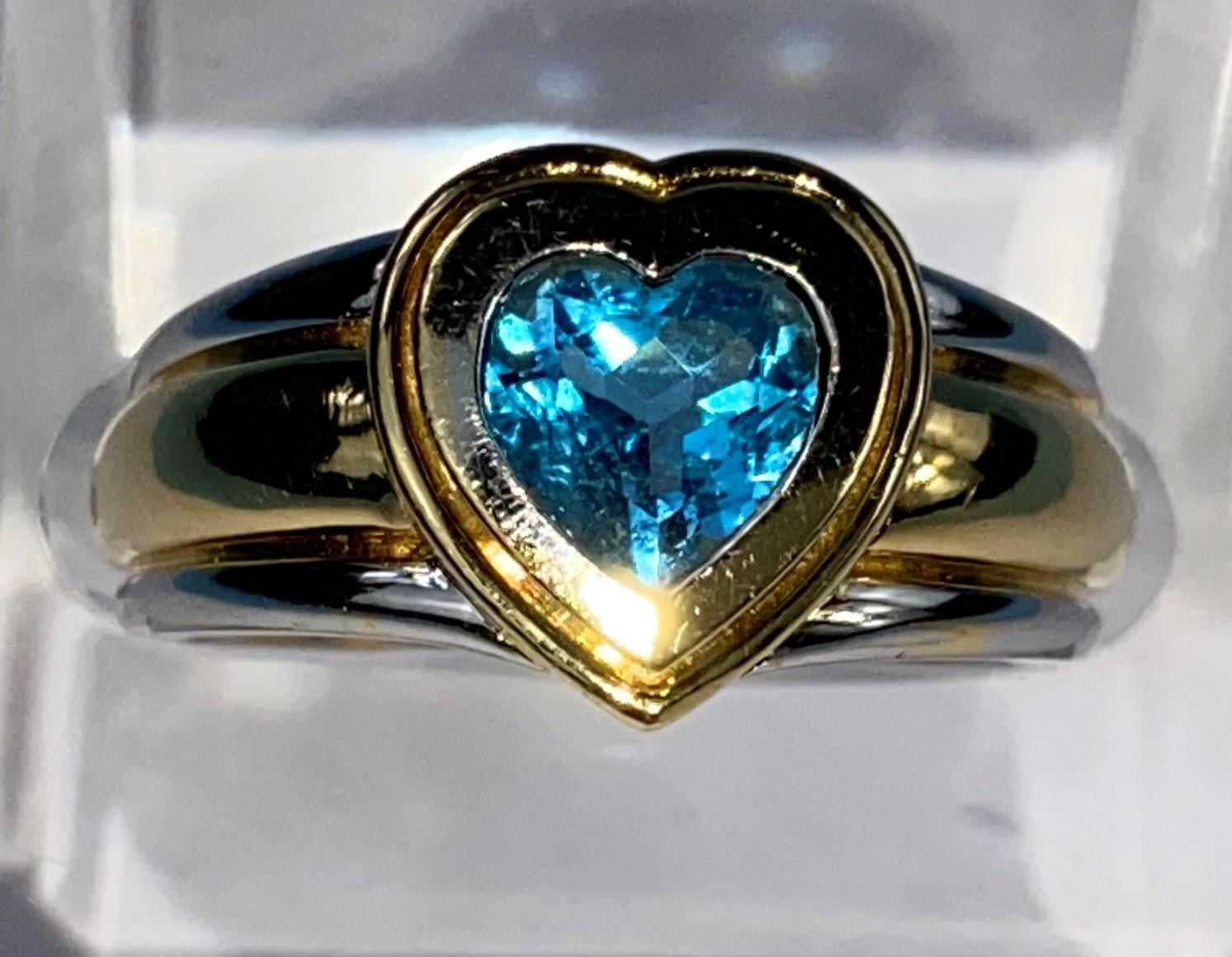 A lady's 18ct hallmarked two tone gold dress ring on a broad shank and blue stone in heart - Image 2 of 6