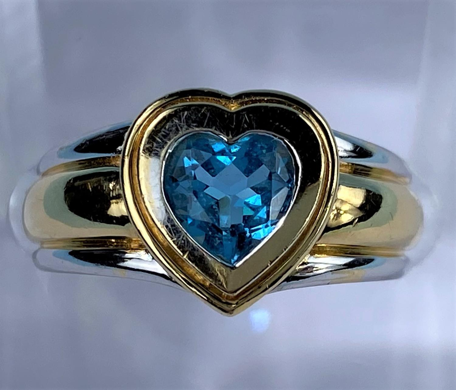 A lady's 18ct hallmarked two tone gold dress ring on a broad shank and blue stone in heart - Image 3 of 6
