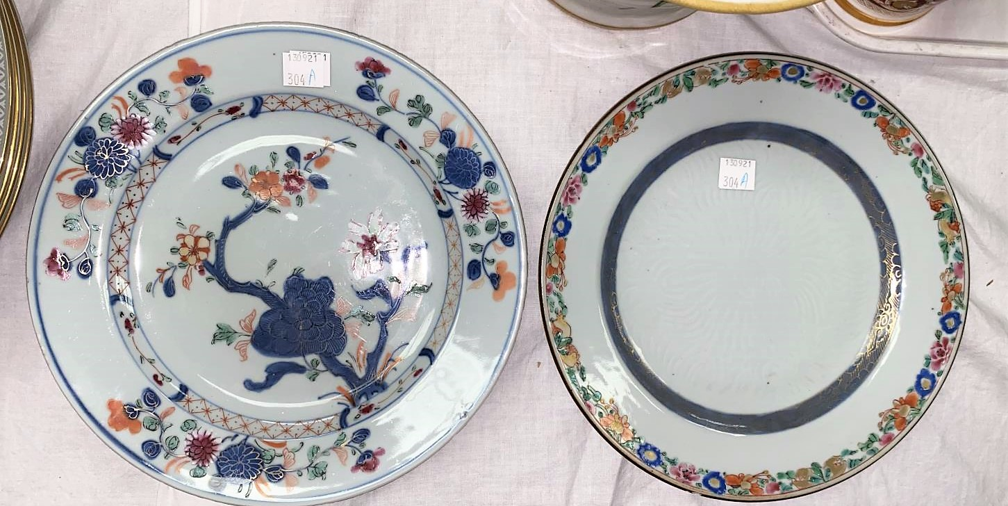 An 18th century Chinese dish with central incised decoration and polychrome decorated floral rim, d.