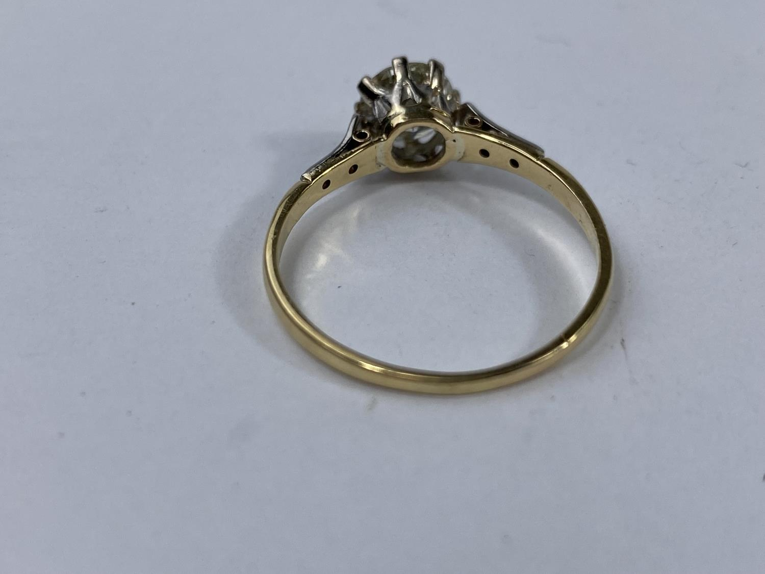 A yellow metal ring set diamond solitaire stone of 1.10 metric carat approx, each shoulder set 3 - Image 3 of 5