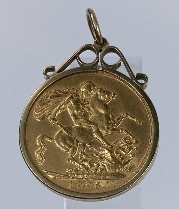 A George V sovereign 1923, in 9 carat hallmarked gold clip mount, 9.1 gm gross - Image 2 of 2