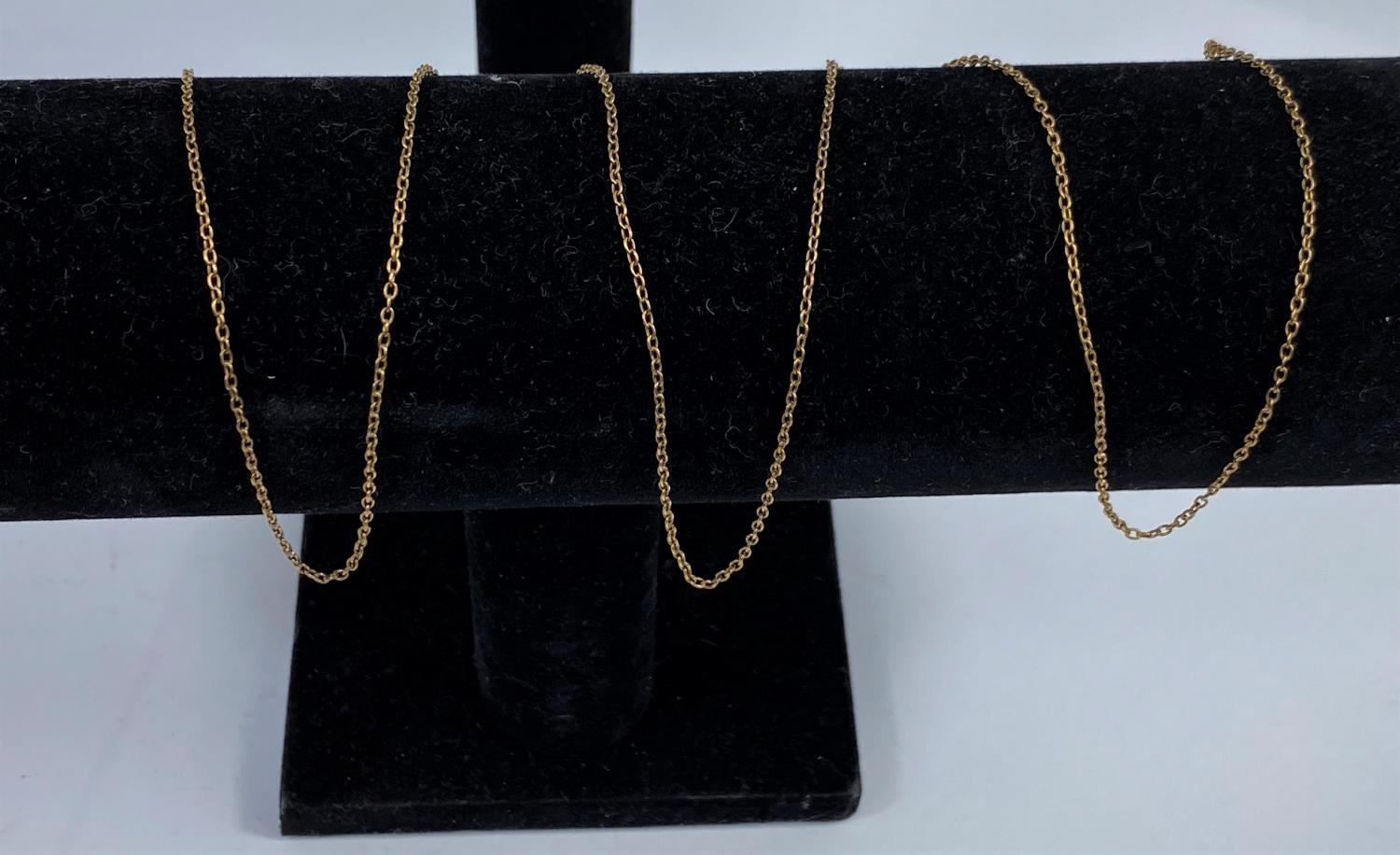A fine yellow metal chain, clasp stamped '9ct', 3 gm