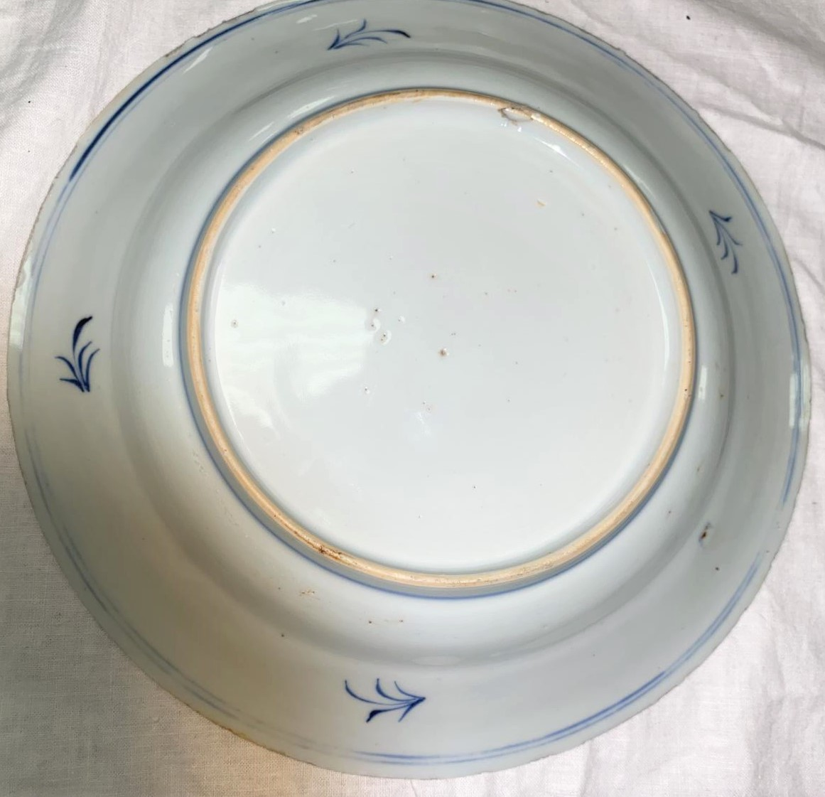 An 18th century Chinese blue and white plate with central panel featuring floral arrangement, wide - Image 2 of 3