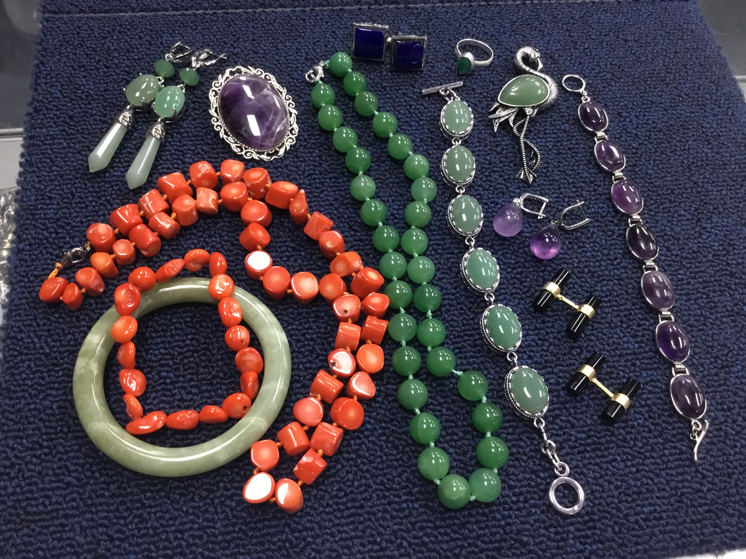 A COLLECTION OF HARDSTONE AND OTHER JEWELLERY
