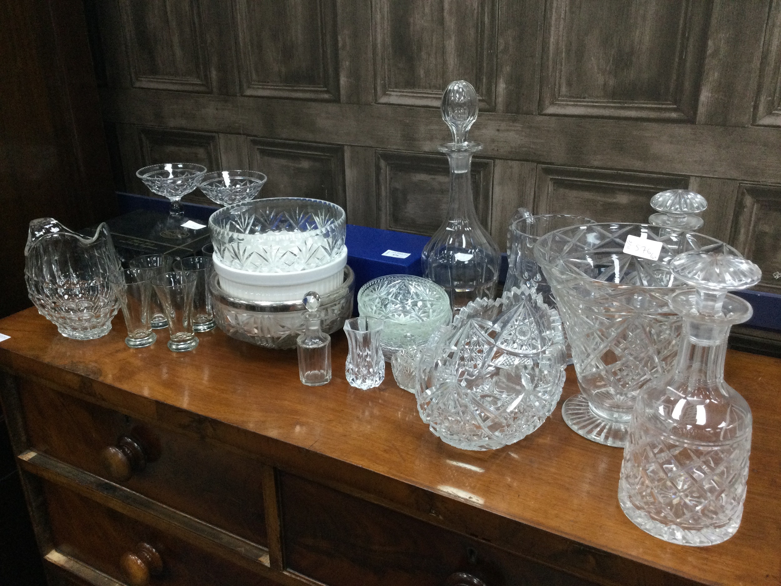 A LOT OF VARIOUS GLASSWARE