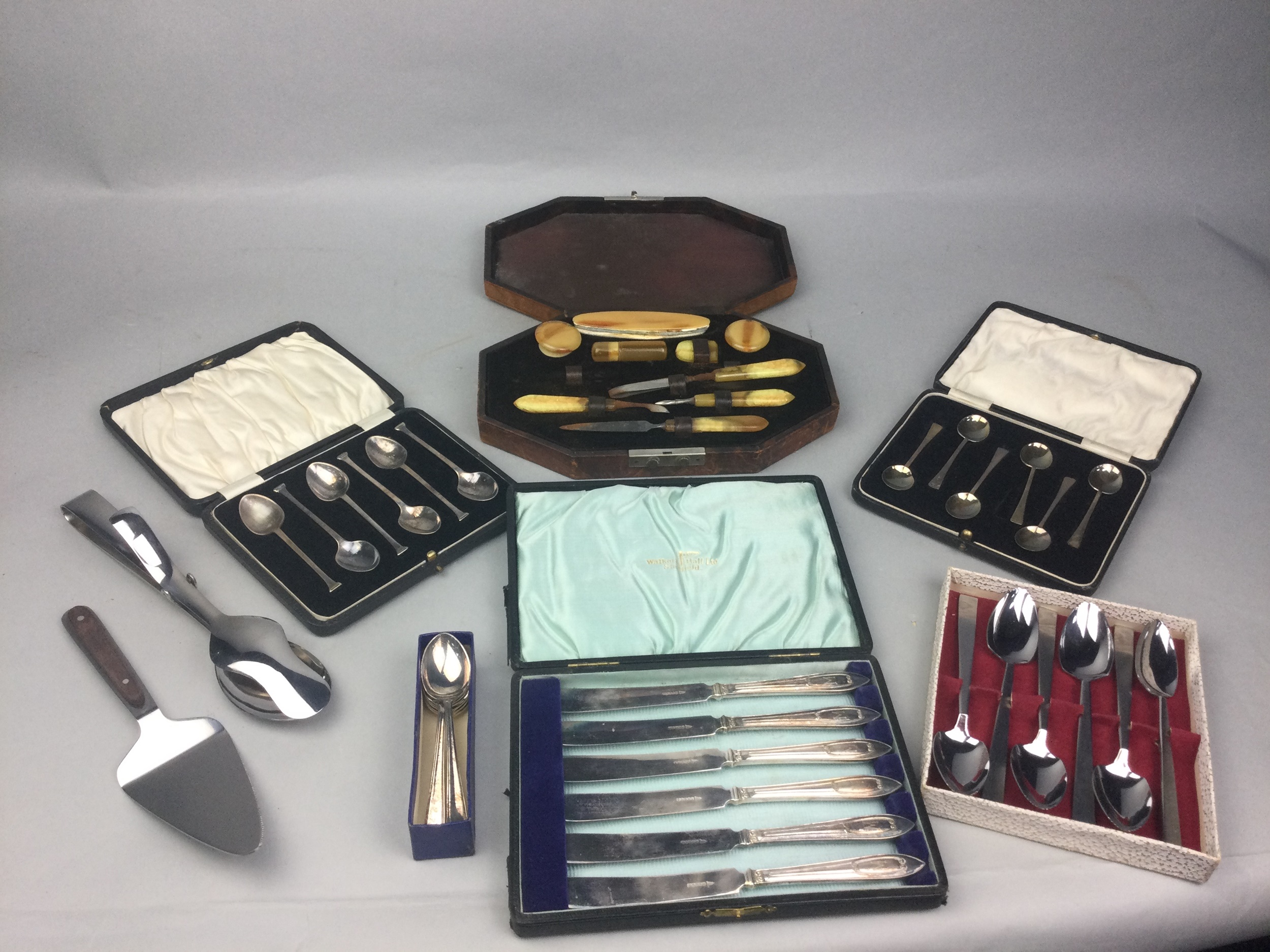 AN OAK CANTEEN OF SILVER PLATED CUTLERY AND OTHER CUTLERY - Image 2 of 2