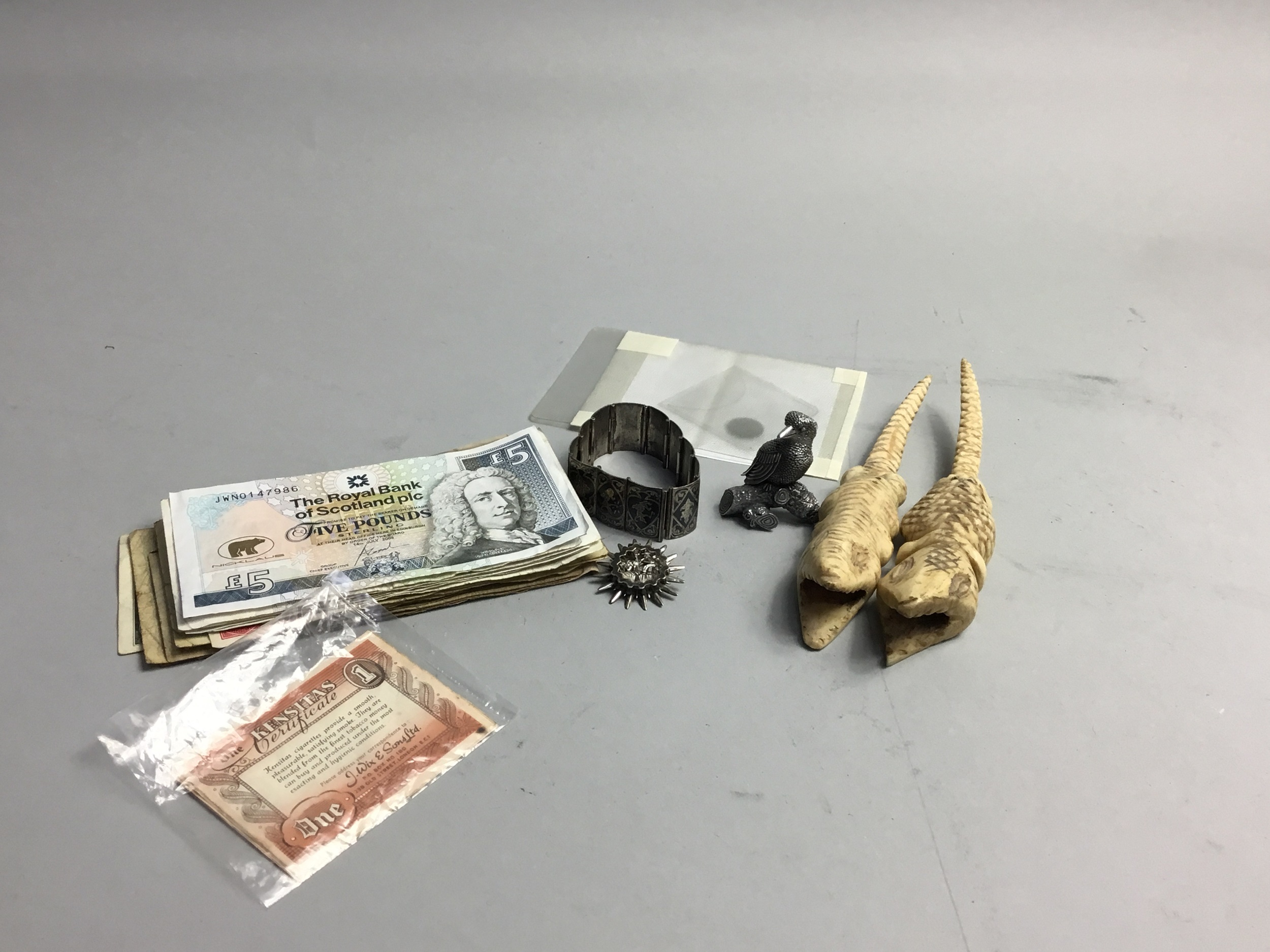 A LOT OF TWO CARVED BONE CROCODILES, BANKNOTES, BRACELET AND OTHER ITEMS