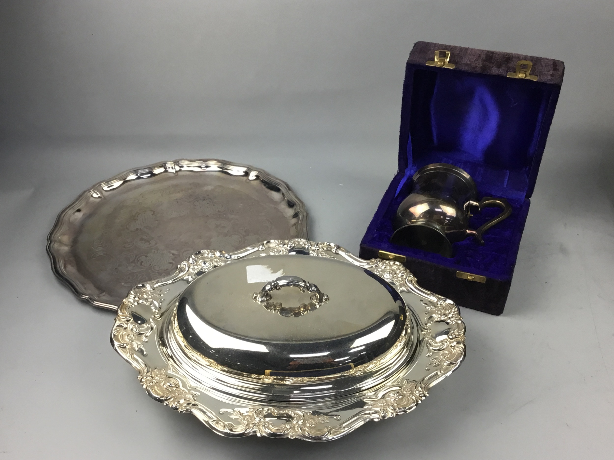 A LOT OF CASED AND LOOSE CUTLERY AND OTHER SILVER PLATED ITEMS