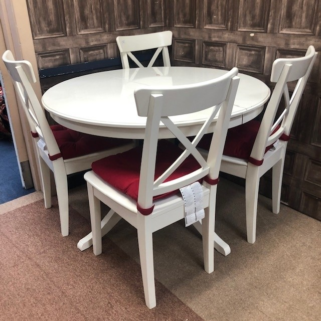 A WHITE PAINTED CIRCULAR TABLE AND FOUR CHAIRS