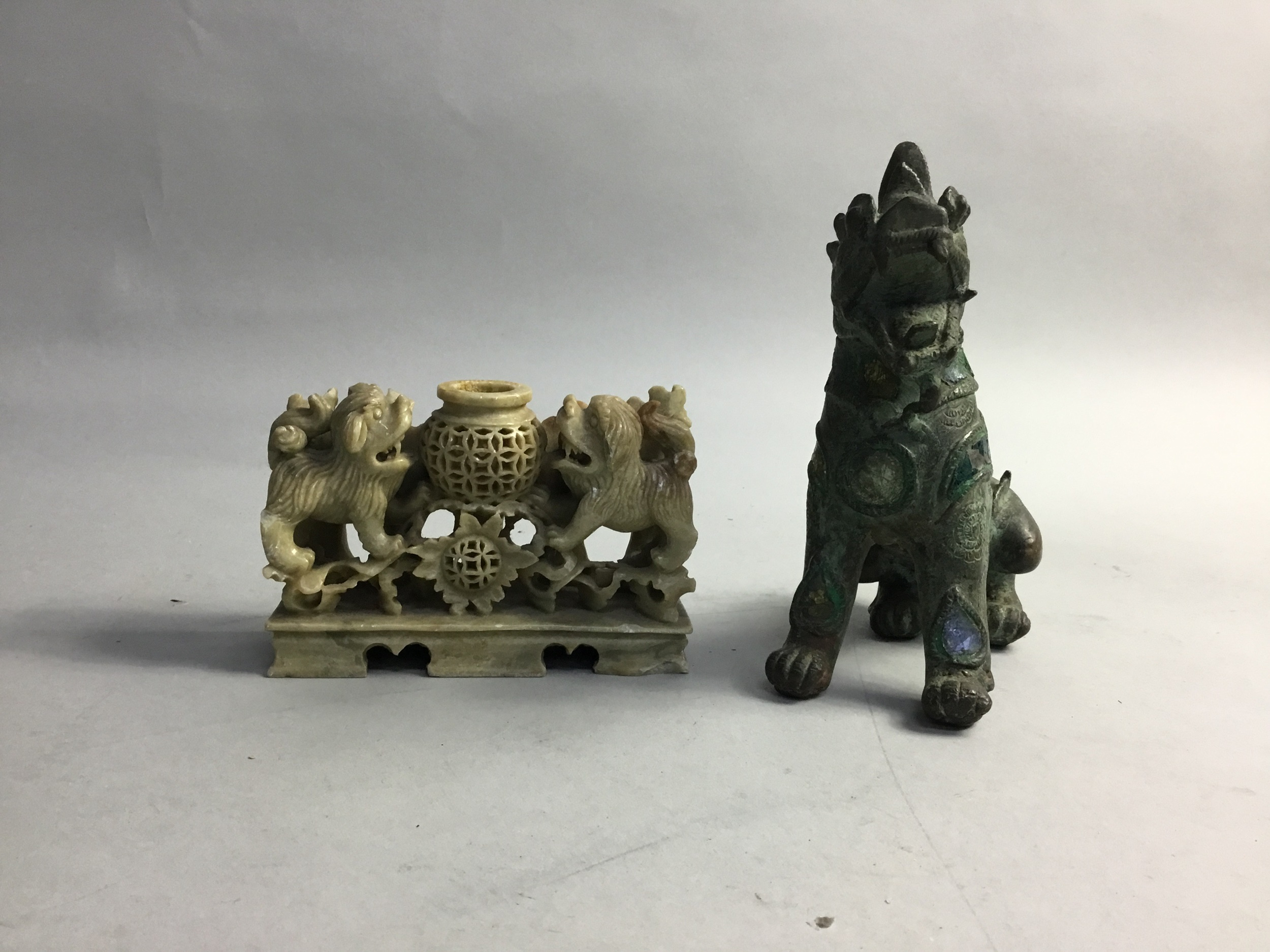 A CHINESE SOAPSTONE BRUSHPOT AND A METAL FOE DOG