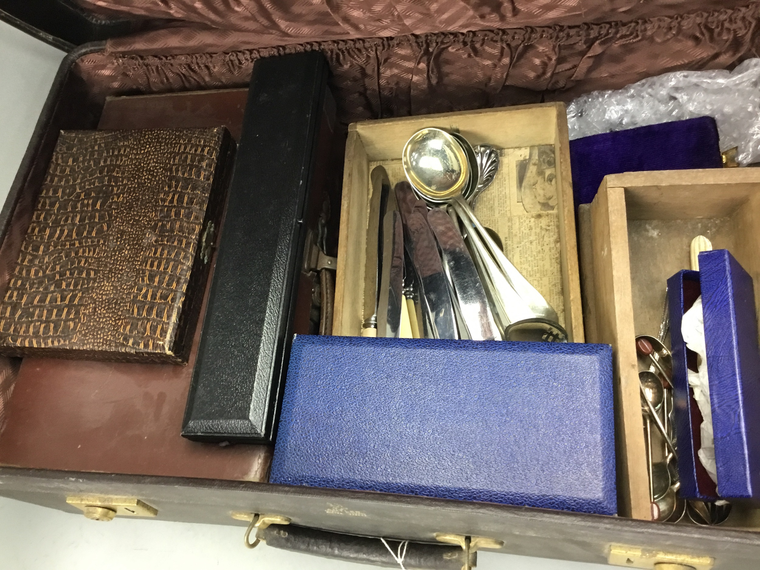 A LOT OF CASED AND LOOSE CUTLERY AND OTHER SILVER PLATED ITEMS - Image 2 of 2