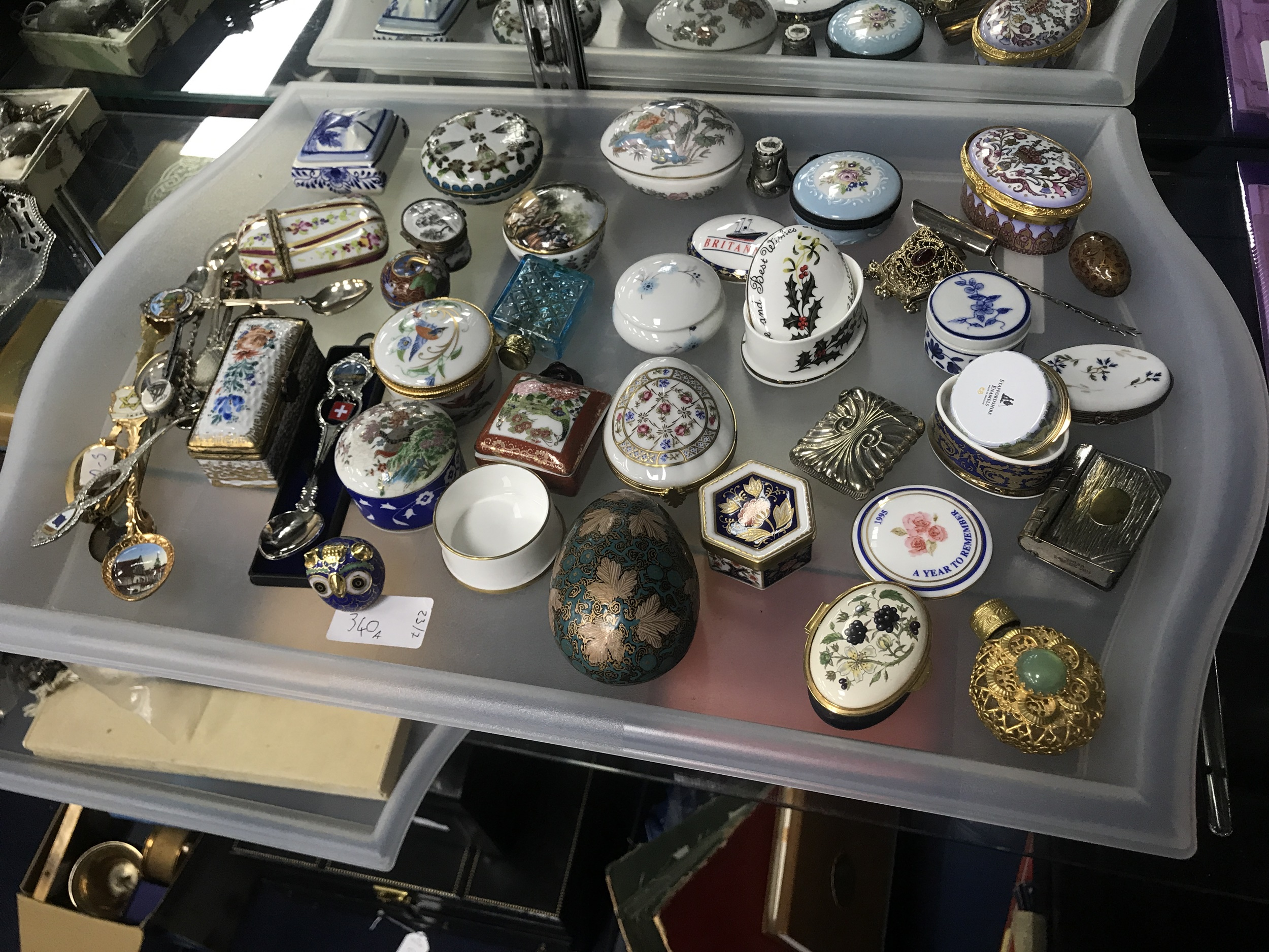 A COLLECTION OF ENAMEL AND CERAMIC PILLBOXES