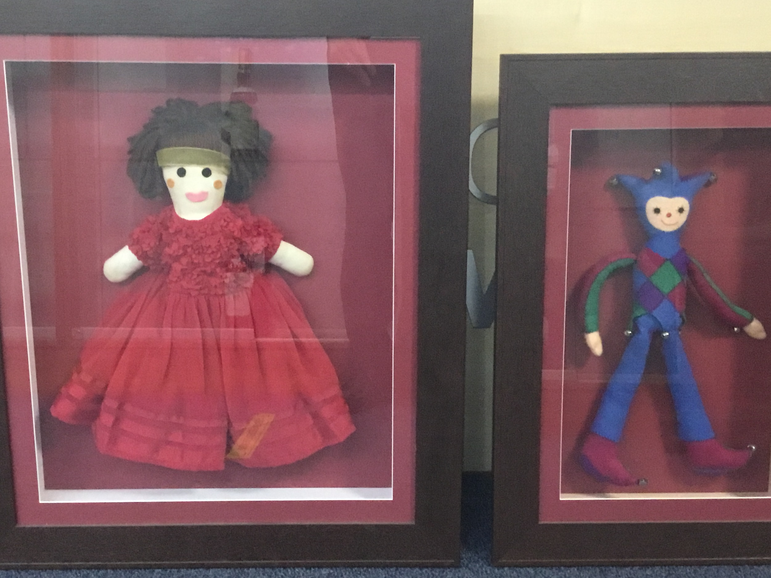 A LOT OF DECORATIVE PICTURES, A BOOMERANG, WOOD CARVINGS AND VARIOUS DOLLS