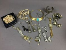 A COLLECTION OF COSTUME AND OTHER JEWELLERY