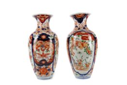A PAIR OF EARLY 20TH CENTURY JAPANESE IMARI VASES