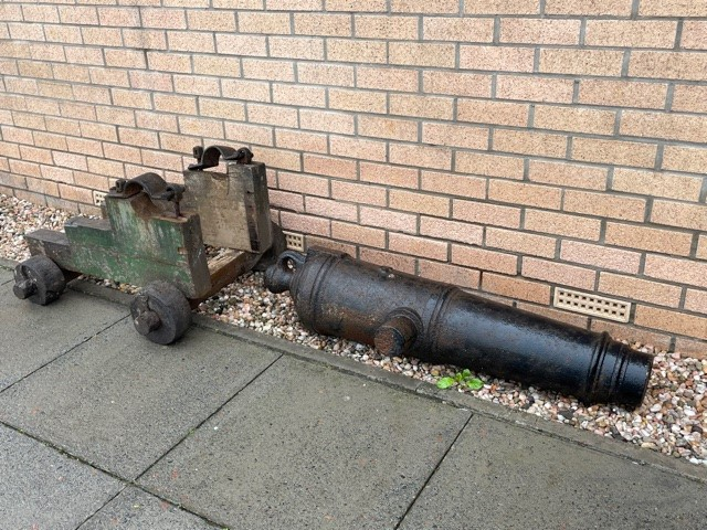 A PAIR OF 19TH CENTURY NAVAL CANNONS - Image 3 of 4