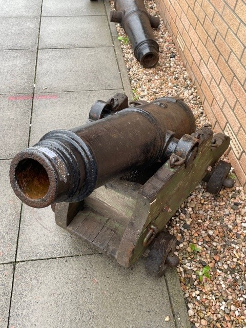 A PAIR OF 19TH CENTURY NAVAL CANNONS - Image 4 of 4