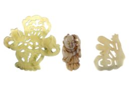 A LOT OF TWO CHINESE HARDSTONE ARCHAIC STYLE AMULETS AND A CARVING