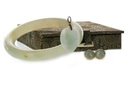 A GREEN HARDSTONE BANGLE, PENDANT AND PAIR OF EARRINGS