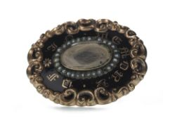 A VICTORIAN MOURNING BROOCH