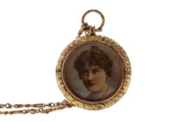 A GOLD CHAIN WITH GILT LOCKET