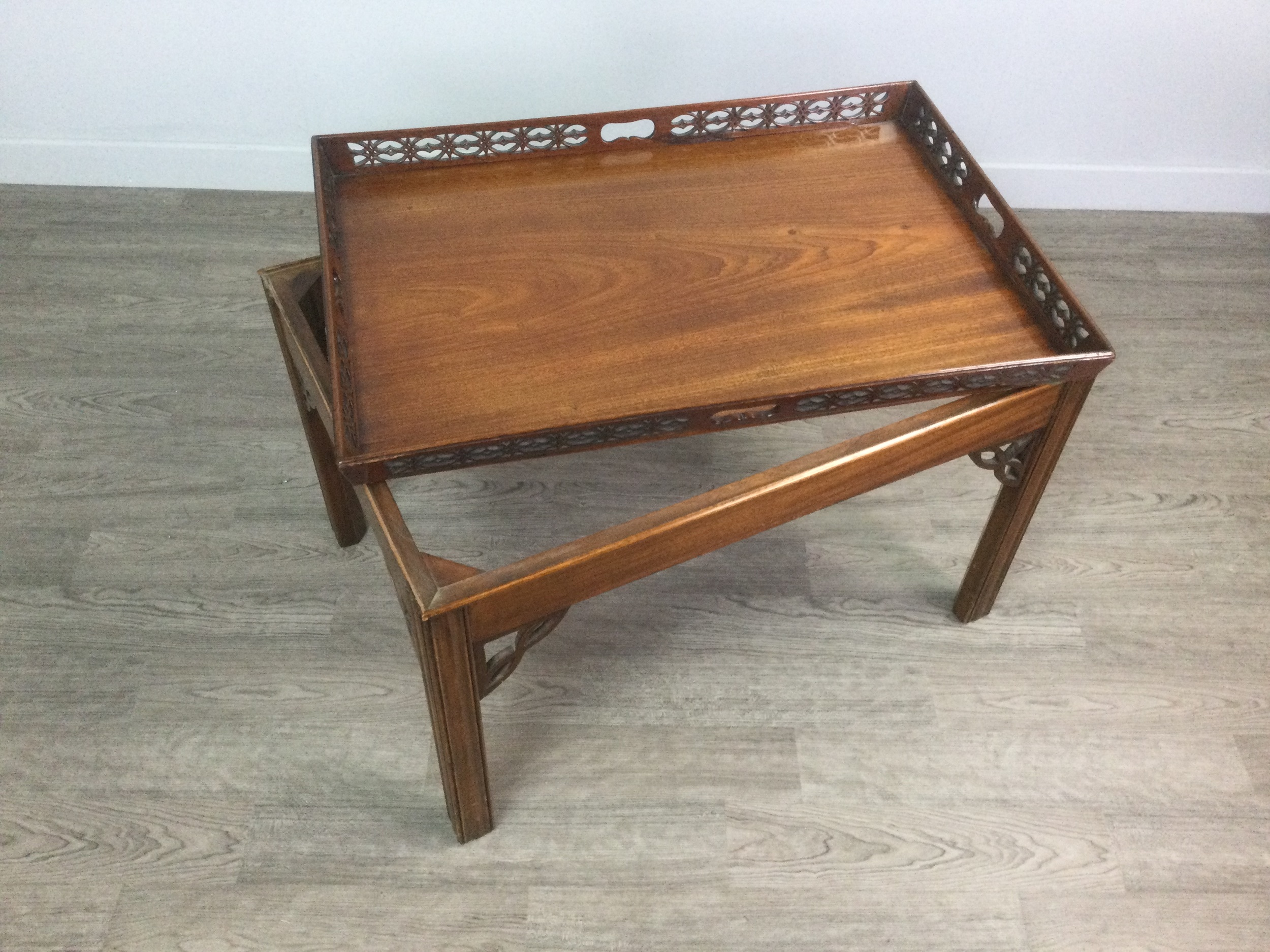 A MAHOGANY TRAY TOP OCCASIONAL TABLE OF CHIPPENDALE DESIGN - Image 2 of 2