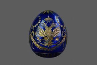 A 20TH CENTURY FABERGÉ PARCEL-GILT AND BLUE GLASS EGG