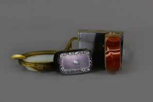 AN EARLY 20TH CENTURY BRASS MOUNTED AGATE ASH DISH, ALONG WITH AN ETUI, TRINKET BOX AND SNUFF BOX